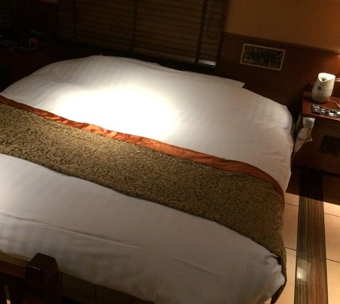 ラブホテルの大きいベッド