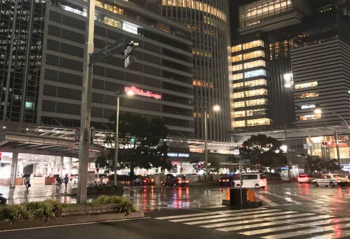 雨の栄駅前