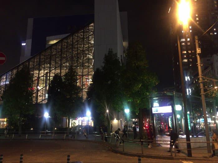 夜の池袋駅前