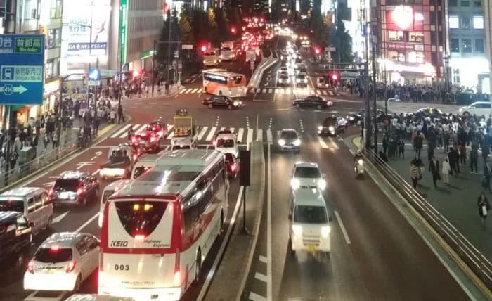 夜の新宿を走る車