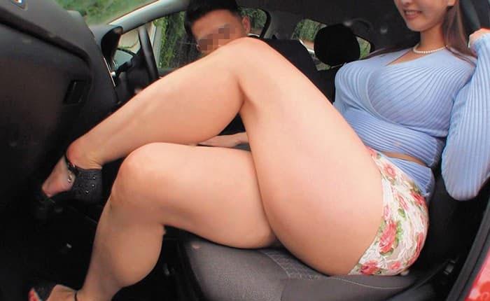 助手席に乗りドライブを楽しむ熟女