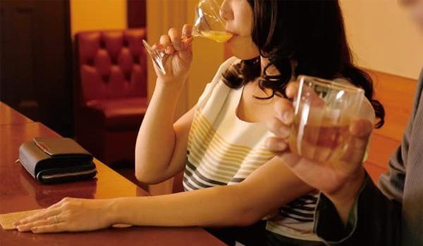 スナックで飲む主婦